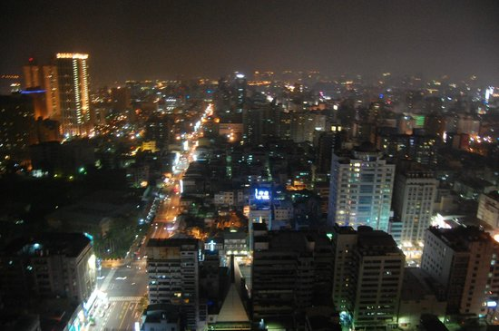 Grand Hi-Lai Hotel Kaohsiung : City view at night from my room