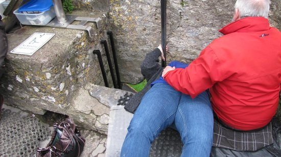 Κάστρο και Κήποι του Blarney:                   Kissing the Blarney stone.  Hold on tight!  It's a little intimidating.
