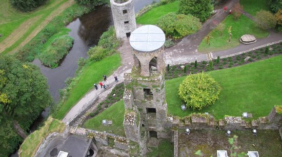 Castelo e Jardins de Blarney:                   View of the top of the castle.