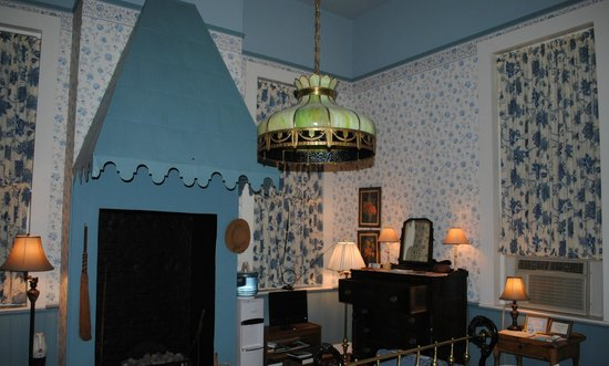 Lanaux Mansion:                   a view of the Weiland room from the entrance