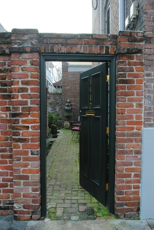 Lanaux Mansion:                   entrance from St Chartres Street to your room