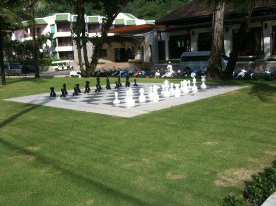 كاتاثاني بوكيه بيتش ريزورت: scacchi in giardino