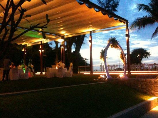 Katathani Phuket Beach Resort: il ristorante sulla spiaggia