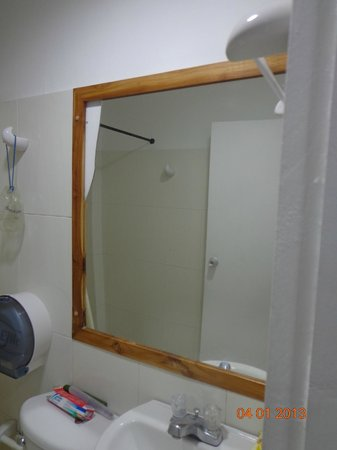 Hotel Portofino:                   Espejo del baño (roto)
