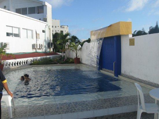 Hotel Portofino:                   Piscina con su caída de agua.