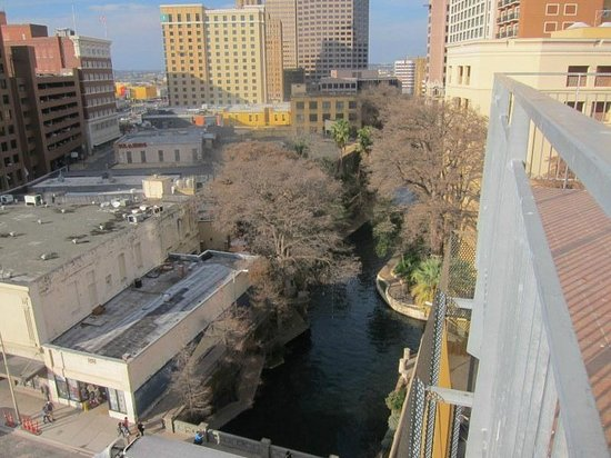 Drury Plaza Hotel San Antonio Riverwalk:                   View 2 from Balcony