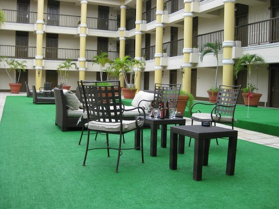 Windward Passage Hotel: Golf court living room