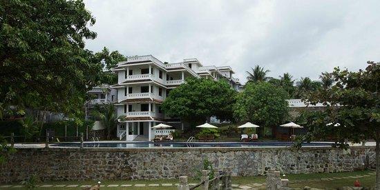 Long Beach Resort Phu Quoc:                   LB-Strandblick auf Hotelanlage Pool und Renovierungsbereich