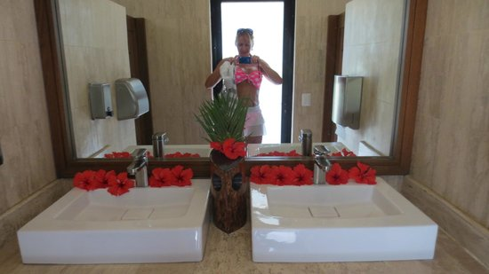 The Westin Golf Resort & Spa, Playa Conchal:                                     Bathroom by the pool
