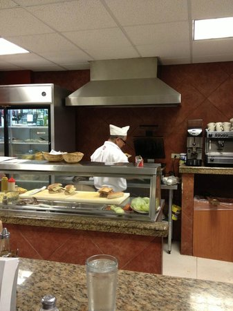 Restaurante Costa Azul:                   señor haciendo sandwich