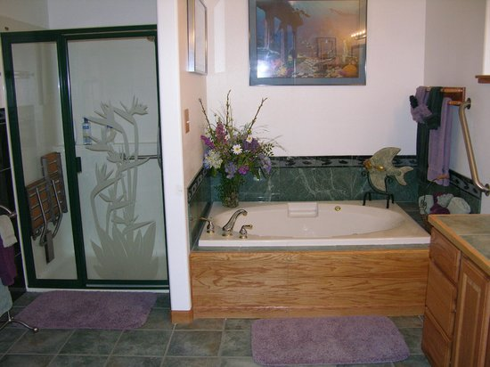 A Smiling Bear B&B: Ocean Suite Master Bath
