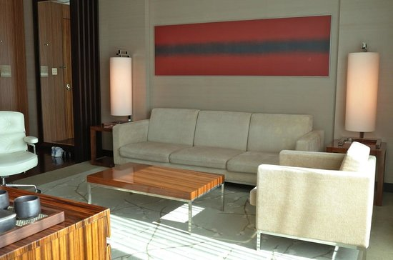 โรงแรมคอนราด โตเกียว: Living room - corner suite