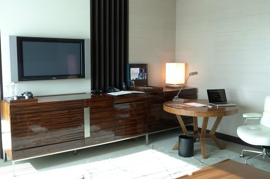 Conrad Tokyo: Living room, desk and entertainment console - corner suite
