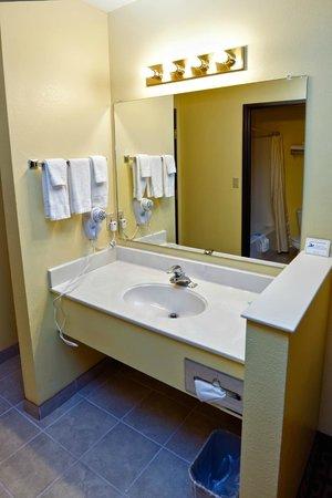 Rodeway Inn & Suites : Bathroom sink