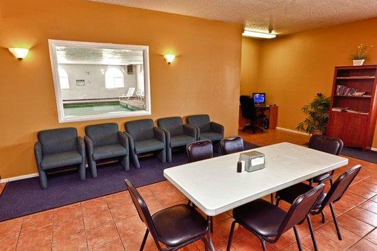 Rodeway Inn & Suites : Lobby sitting area