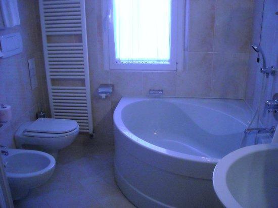 Grand Hotel Primavera: stanza da bagno