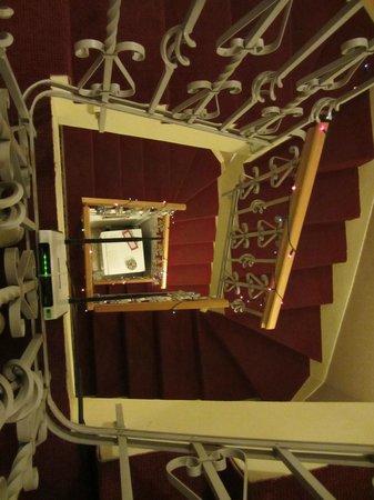 Budavar Bed & Breakfast :                   tromba delle scale vista dal terzo piano