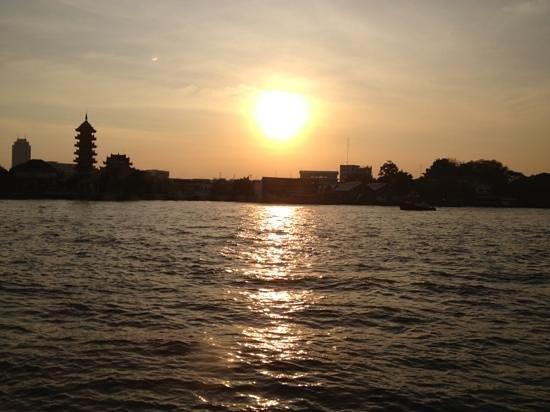 ลอยละล่อง: sunset view from black room