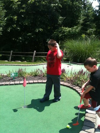 Lumberjack Pass Miniature Golf: Peyton and Brady having fun at Lumberjack Pass!