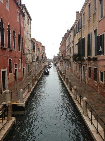 Locanda Ca' Zose:                   Le canal qui borde l'hotel. l'hotel est sur la gauche. (photo prise du pont)