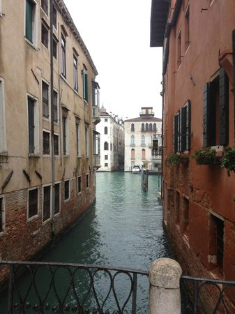 "Locanda Ca' Zose:                   le contre champs qui donne sur ""le grand canal"". (photo prise du pont)"