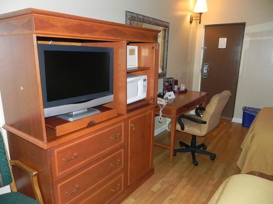 Rodeway Inn Niagara Falls: TV, Fridge, Microwave, Safe