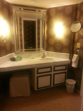 Harveys Lake Tahoe: Vanity w/ seating area. Perfect make up area!