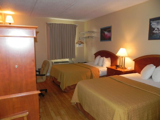 Rodeway Inn Niagara Falls: Two Double Beds - Tempurpedic Mattresses with hardwood floor