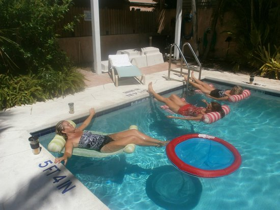 Pilot House Guest House: Relaxing at the pool......