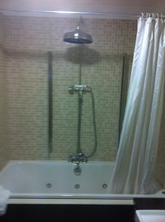 Langton House Hotel:                   Jacuzzi Bath and Overhanging Shower