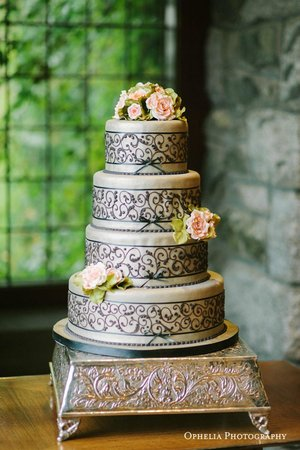 English Inn: Wedding Cake