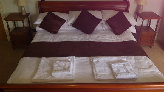 High Corner Inn:                                                       Queen size bed