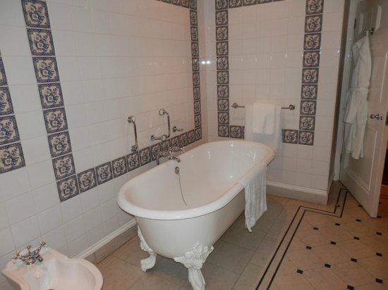Best Western Plus Grim's Dyke Hotel:                   Gilbert Suite Bathroom