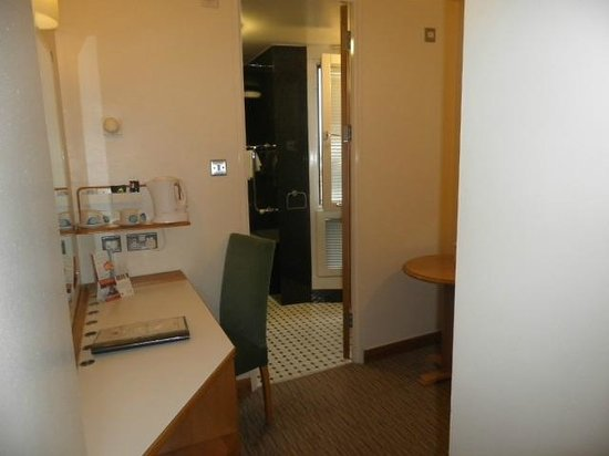 St Giles London - A St Giles Hotel: Small room between bathroom and bedroom