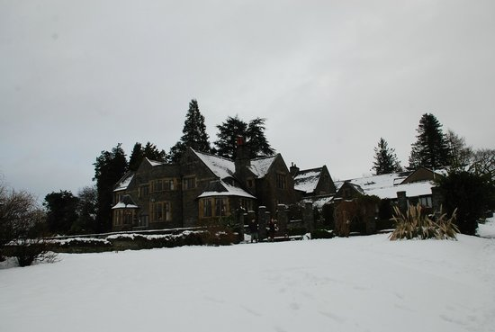 Cragwood Country House Hotel :                   The hotel looked from the path leading directly to the lake