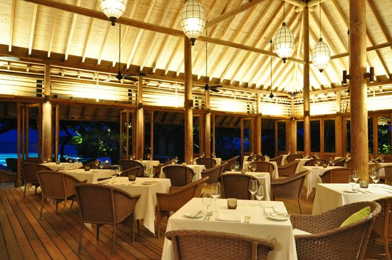 COMO Cocoa Island, The Maldives: Restaurant at night