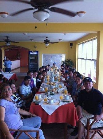 Hotel Las Palmeras :                   Disfrutando un riquisimo desayuno con mis compadres y ahijados en la cafeteria