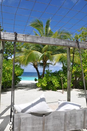 Cocoa Island by COMO : Beach swing