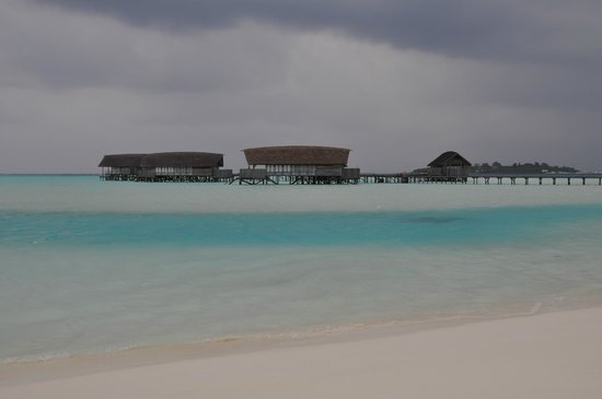 COMO Cocoa Island: Beautiful lagoon even when the sky is grey !