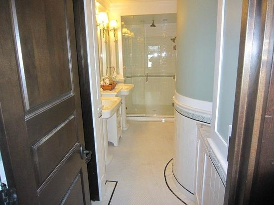 Lake View Hotel:                   Deluxe suite bathroom