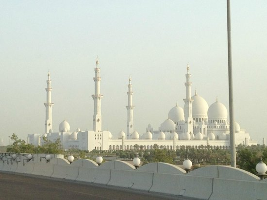 Scheich-Zayid-Moschee: Mosque from the road