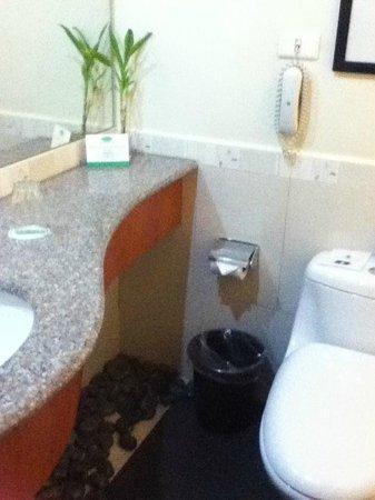 Greenhills Elan Hotel Modern: zen like bath