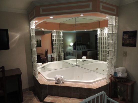 ‪‪Park Vue Inn‬:                   Jacuzzi bathtub in suite