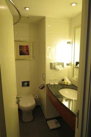 Holiday Inn Maidenhead / Windsor:                   Bathroom 218