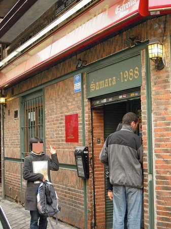 Samara:                   店の入り口。小さな店ですが住所が分かれば見逃さないはず。