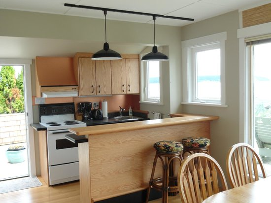 Seaside Cottage:                   Lovely new kitchen in the white cottage