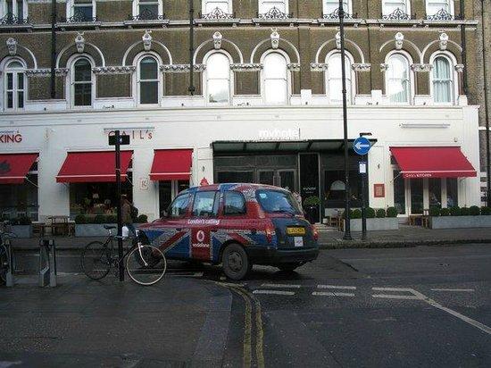 My Bloomsbury:                   fachada con taxi