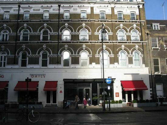My Bloomsbury:                   fachada del hotel. Iz. panadería, dcha restaurante.