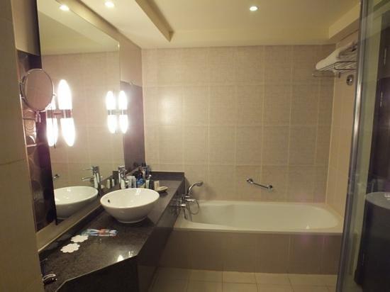 Hilton Sharks Bay Resort:                   bathroom new sude