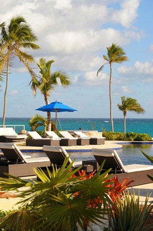 Sky Beach Club: Oceangrille dining pool and oceanside